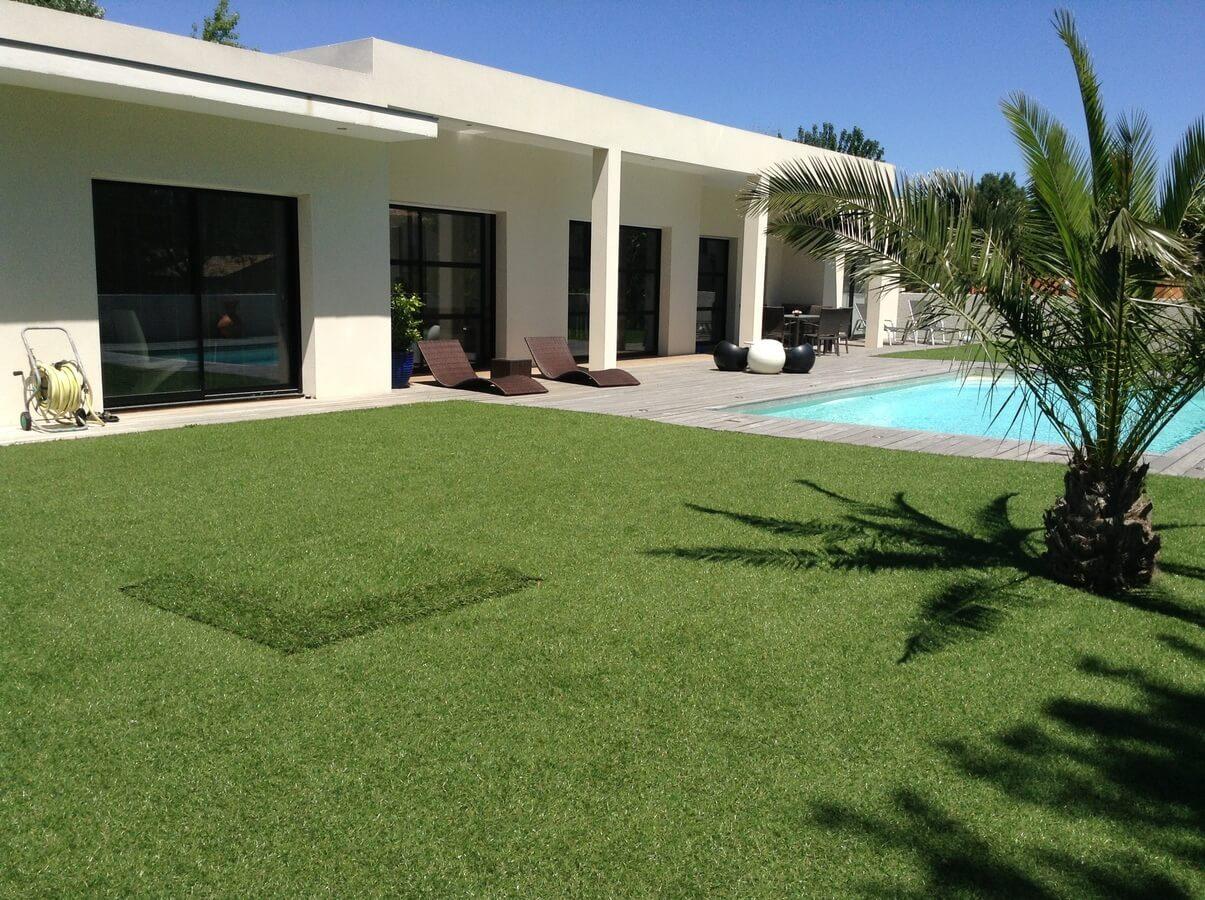 Umělý trávník u bazénu